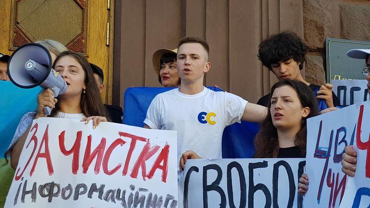 Экс-президент Украины на допросе, а под стенами ГБР сторонники и противники Порошенко