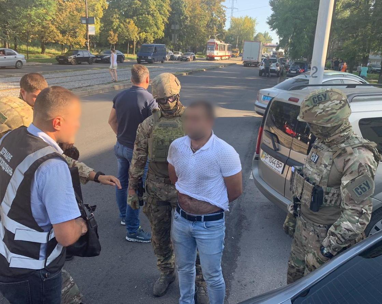 В Запорожье сотрудники СБУ и ГБР задержали полицейского за заказное убийство