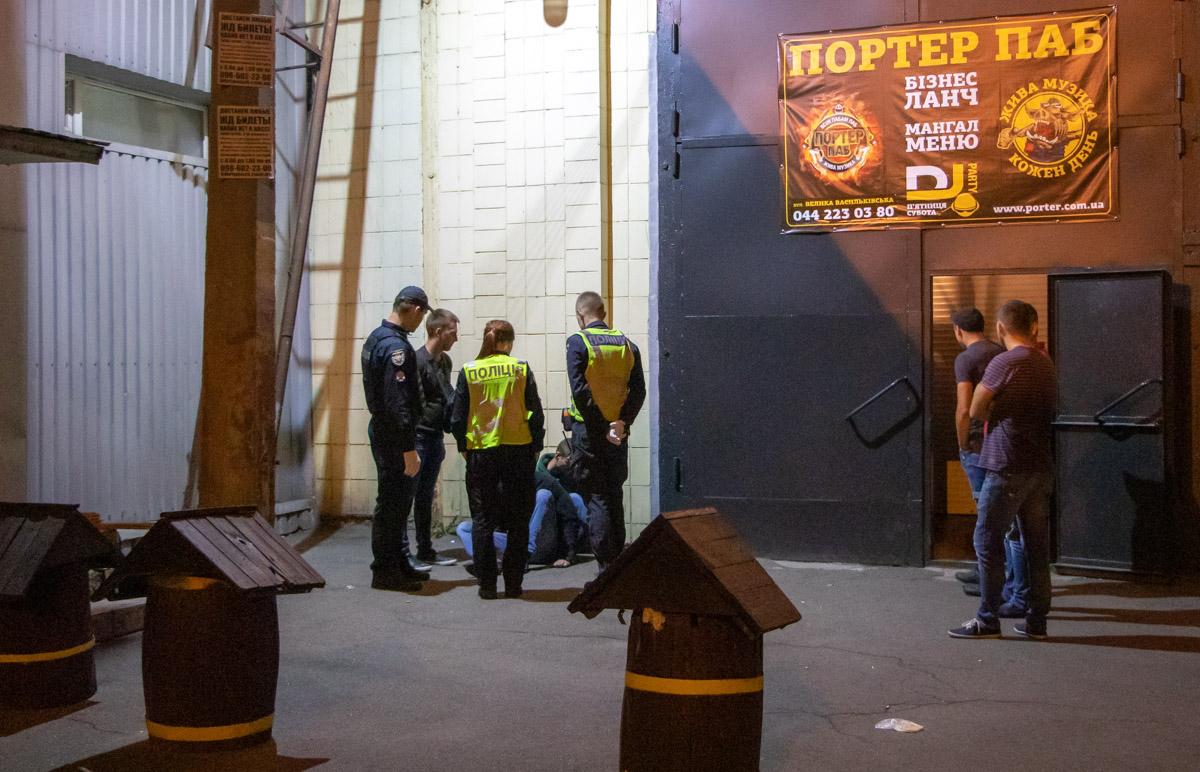 В полном пабе столице пьяный открыл стрельбу