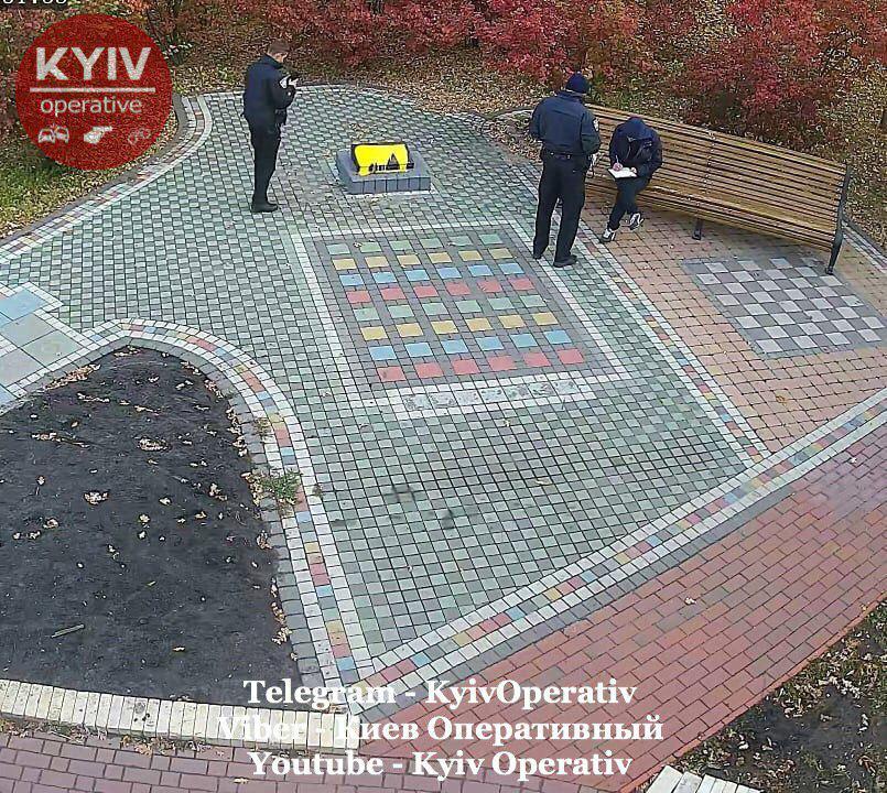 В Киеве неизвестные залили краской мемориальную доску воинам АТО