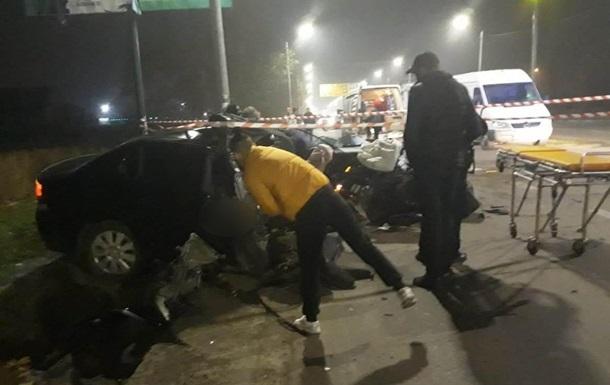 В Николаеве автомобиль с двумя полицейскими врезался в бетонный столб