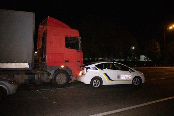 На Столичном шоссе в Киеве произошло двойное ДТП с участием полиции