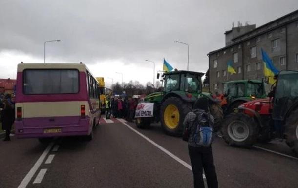 В нескольких областях аграрии перекрывают дороги протестуя