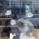 Неизвестные обстреляли витрину столичного магазина обуви