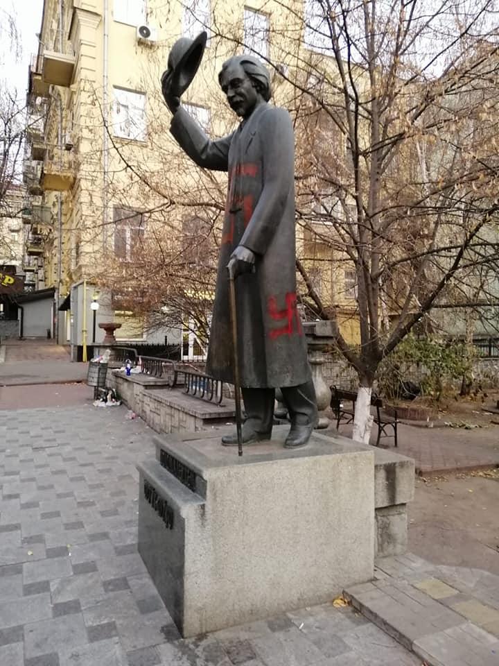 В столице неизвестные осквернили нацистской свастикой памятник  Шолом-Алейхему