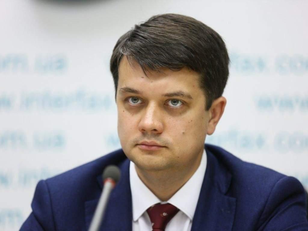 Разумков объявил об исключении 3-х нардепов из фракции «Слуга народа»