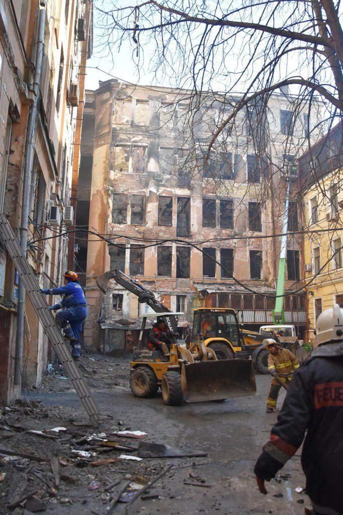 Пожар в Одесском колледже: жителей дома, примыкающего к сгоревшему зданию, эвакуируют (ФОТО)