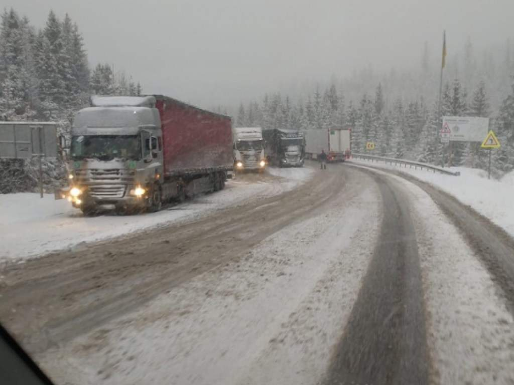 На трассе Киев-Чоп движение автомобилей замедленно: Дороги на Закарпатье засыпало снегом (ФОТО, ВИДЕО)