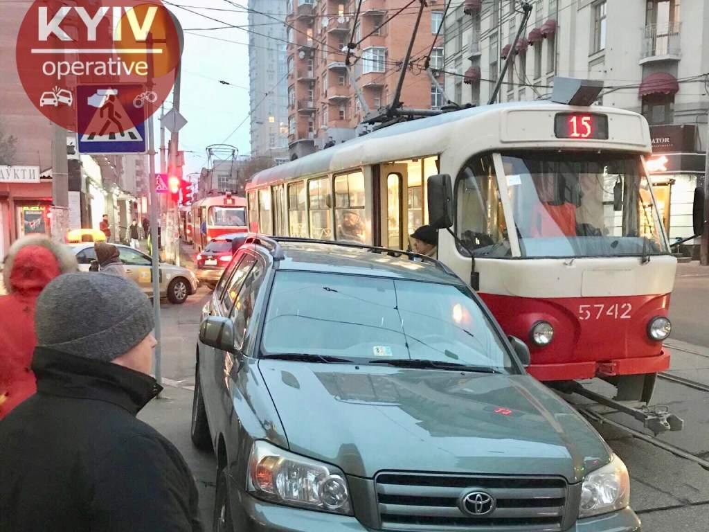 На Лукьяновке в Киеве машина с дипломатическими номерами заблокировала движение трамвая (ФОТО)
