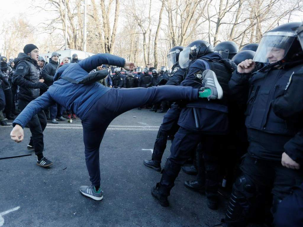 В Верховной Раде проходит закрытое заседание аграрного комитета, на которое прибыл Разумков и все главы фракций