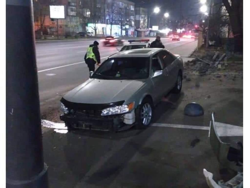 В Киеве пьяный водитель врезался в ограждение бизнес-центра (ФОТО)