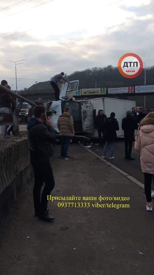 В Киеве произошло ДТП: опрокинулся грузовик, водителя зажало в кабине (ФОТО)