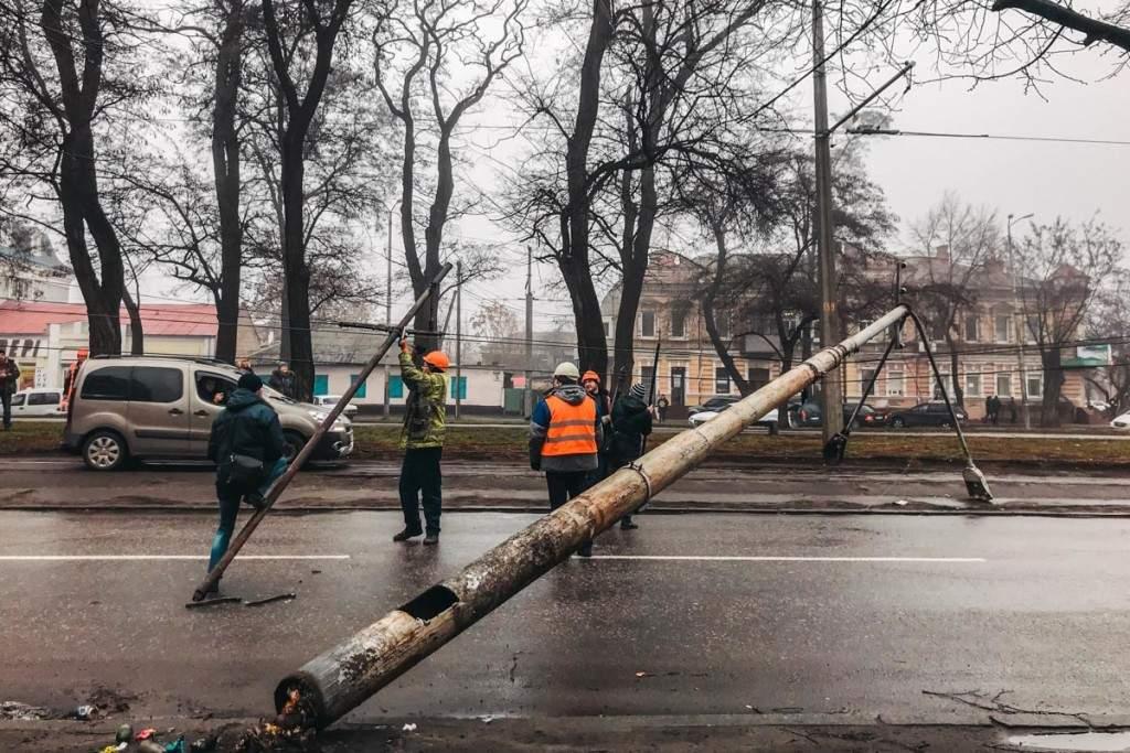 Рухнувший фонарный столб в Днепре заблокировал движение троллейбуса (ФОТО, ВИДЕО)