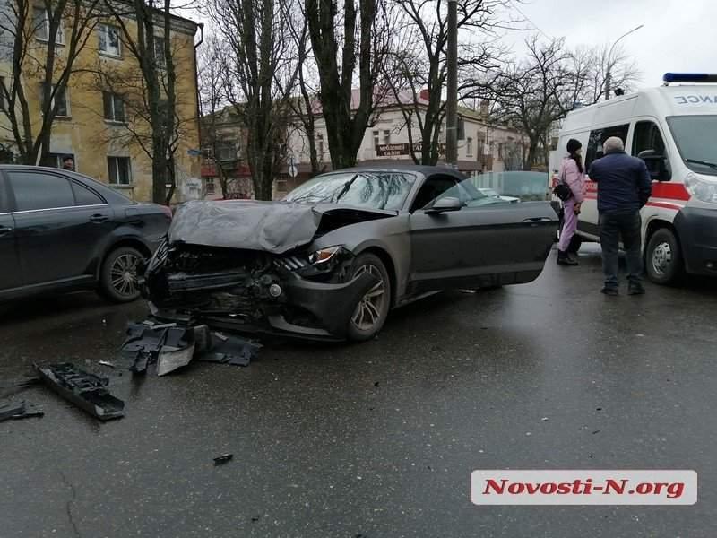 В Николаеве столкнулись автомобили Ford Mustang и Opel Astra: Пострадали оба водителя