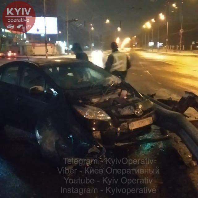 На ВДНХ в Киеве водитель автомобиля Toyota не справился с управлением и врезался в отбойник