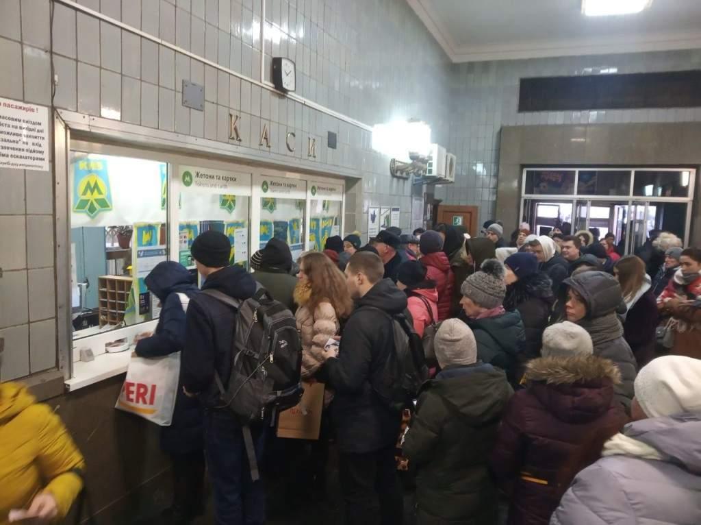 Очереди, толпы и давка: Киевляне жалуются на работу метро (ФОТО)