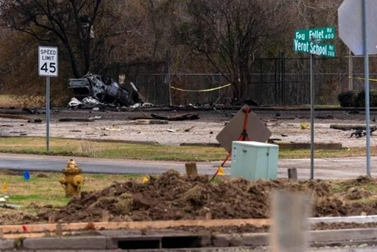 В Америке самолет рухнул на жилой дом