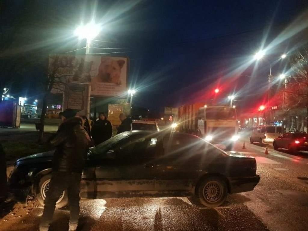 Автомобиль BMW не вписался в поворот и врезался в бордюр в Николаеве