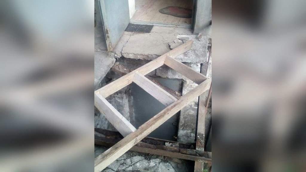 В Днепре, из-за обвалившейся плиты, женщина провалилась в подвал жилого дома (ФОТО)