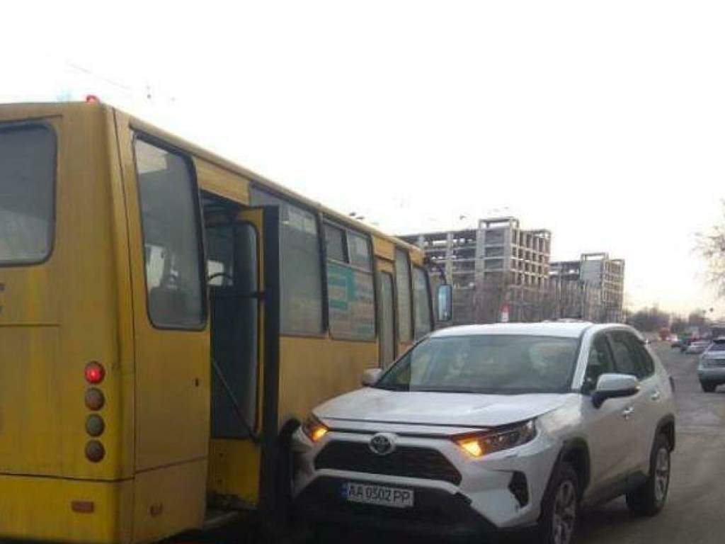 В Киеве на Дарнице автомобиль выкатился на дорогу с заглушенным двигателем