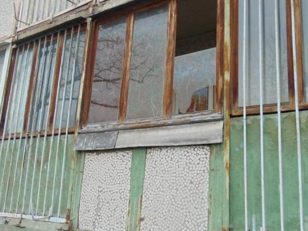 В Киеве мужчина сбежал из-под ареста, залез в квартиру к старушке и под угрозой забрал ее личные вещи