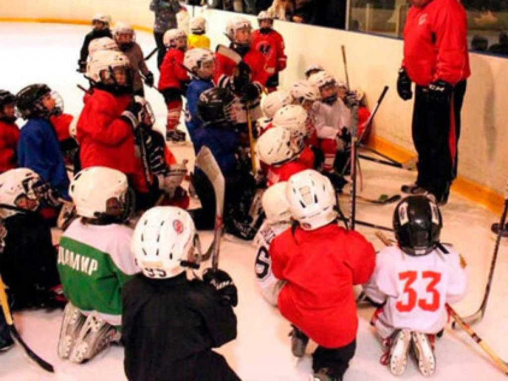 В РФ в хоккейной школе тренер кричал, хватал за одежду, бросал на лед и бил детей