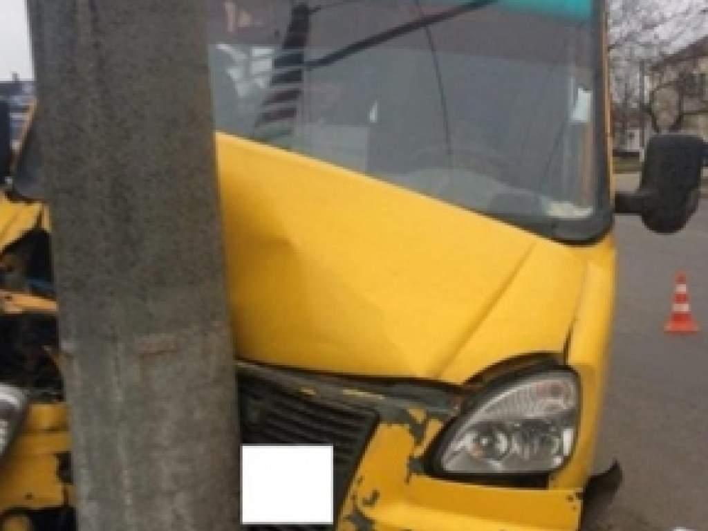 В Сумах маршрутное такси влетело в столб, есть пострадавшие (ФОТО)