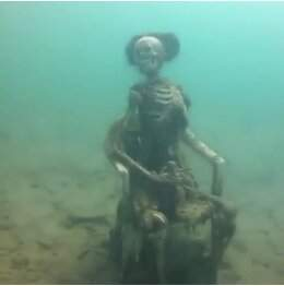 В США мужчина обнаружил на дне озера скелеты, пьющие чай (ФОТО)