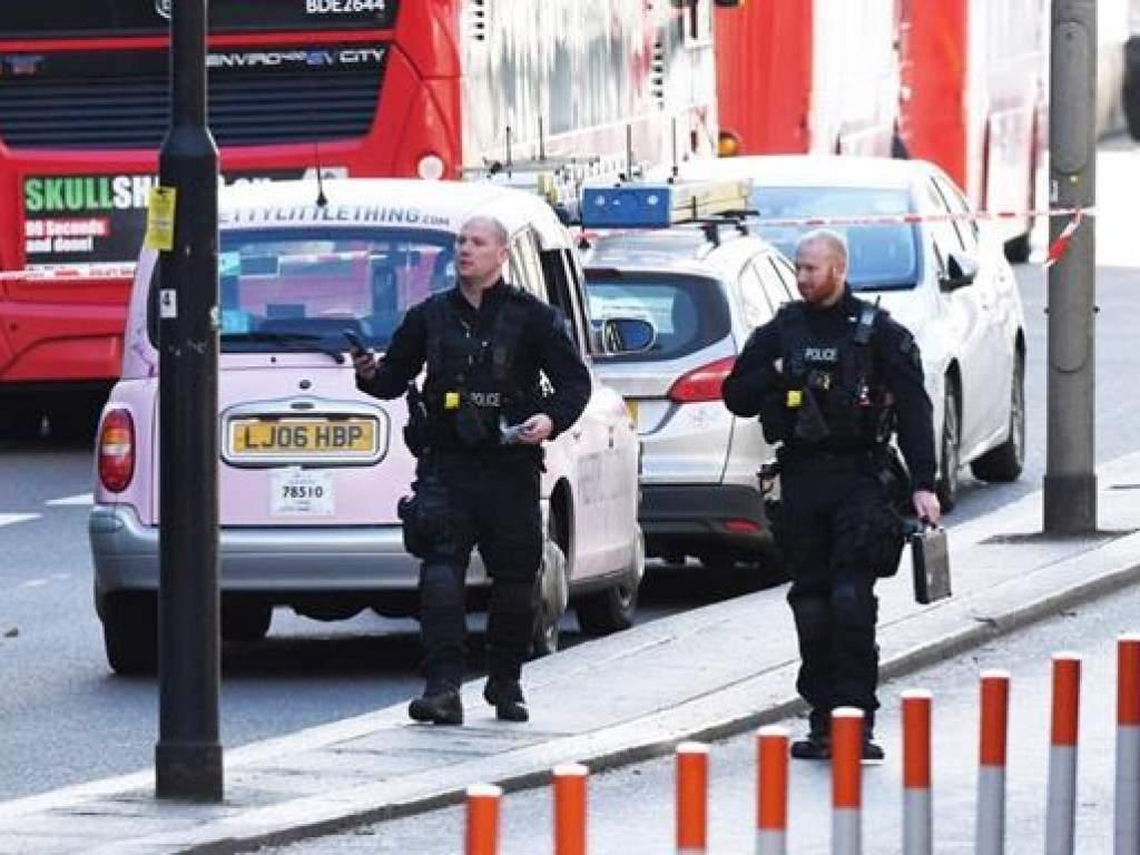 В Лондоне неизвестный мужчина с ножом напал на прохожих людей и был застрелен (ВИДЕО)