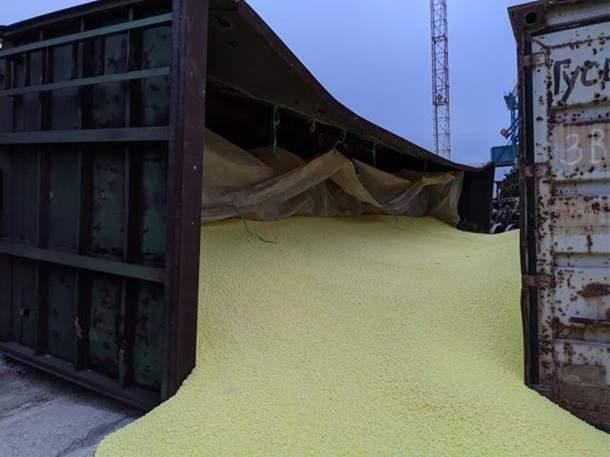 В Одесской области в порту обвалились стенки хранилища, из которого высыпалось большое  количество гранулированной серы