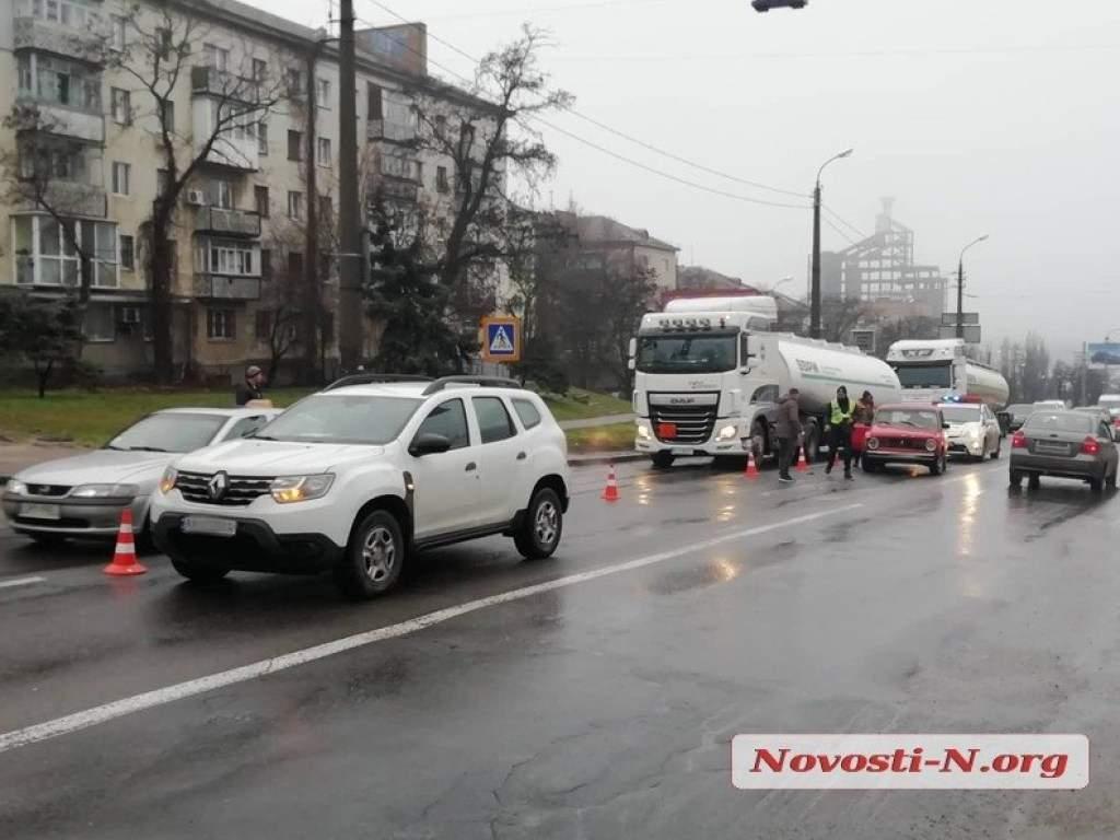 Возле воинской части в Николаеве не поделили дорогу два автомобиля (ФОТО)