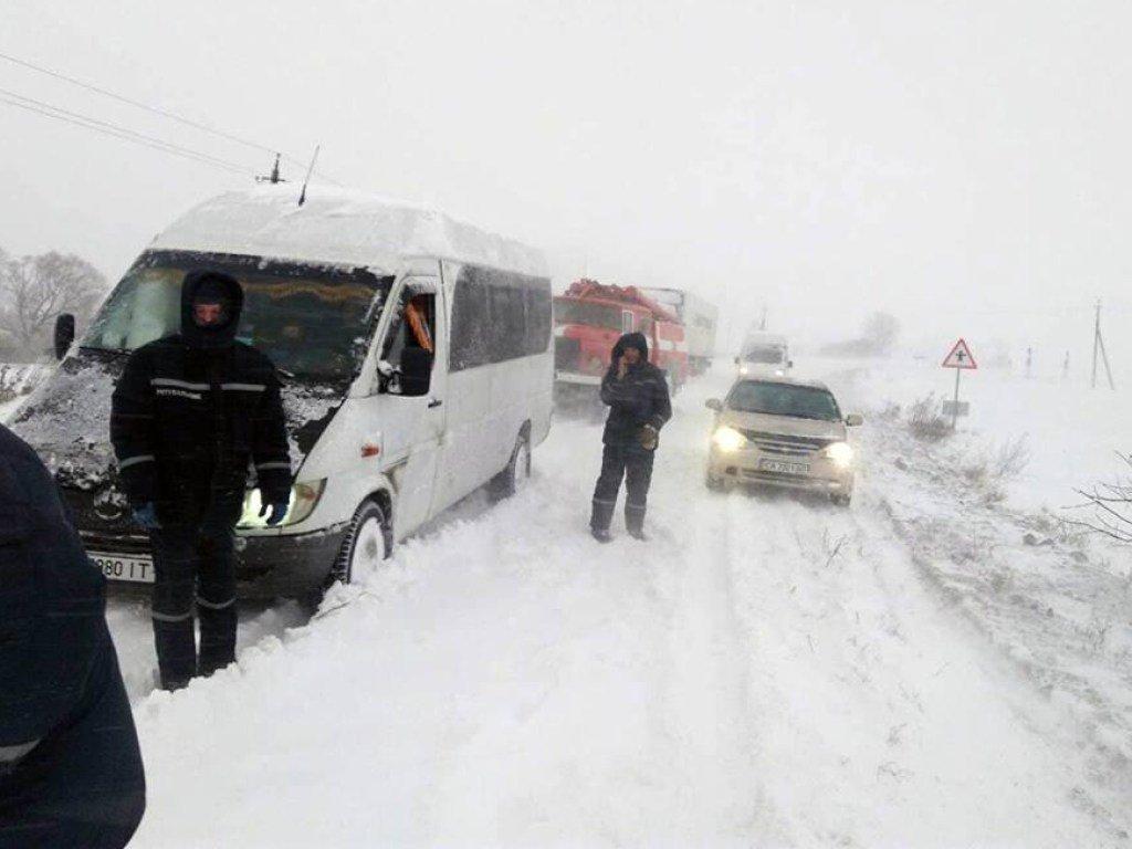 Гололед и снег: на Одесчине перекрыли дороги, на Николаевщине падали деревья (ФОТО)