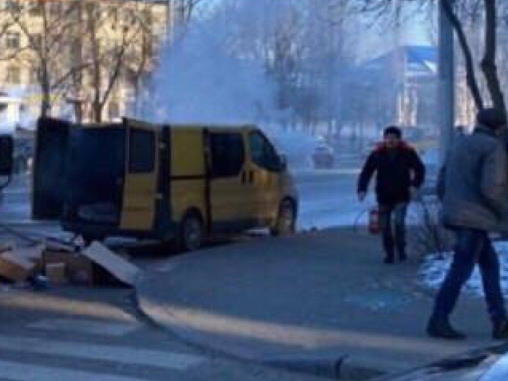 В столице прямо на дороге загорелся микроавтобус (ФОТО, ВИДЕО)