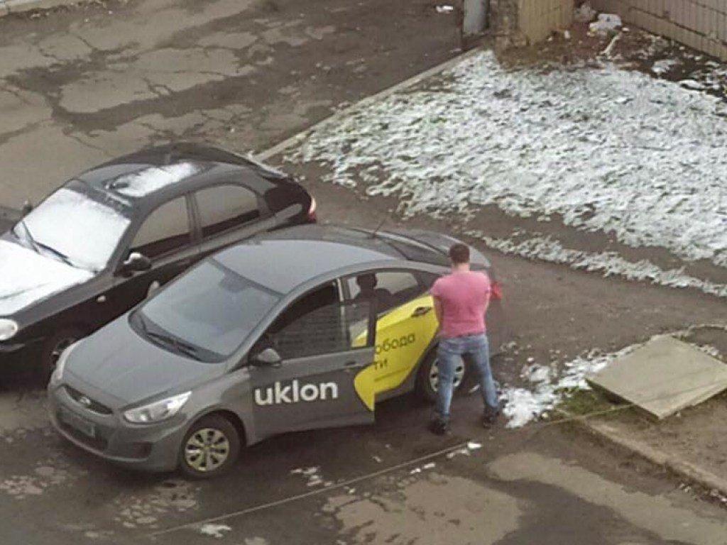 В столице таксист вызвал споры в Сети из-за глупого поступка (ФОТО)