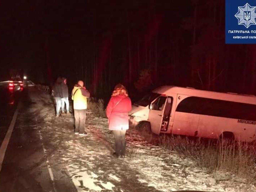 Под Киевом в аварию попала маршрутка с пассажирами, три пострадавших (ФОТО)