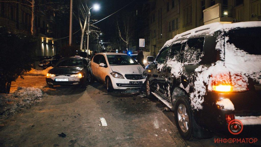 В Днепре столкнулись 3 машины: появилось шокирующие фото и видео ДТП