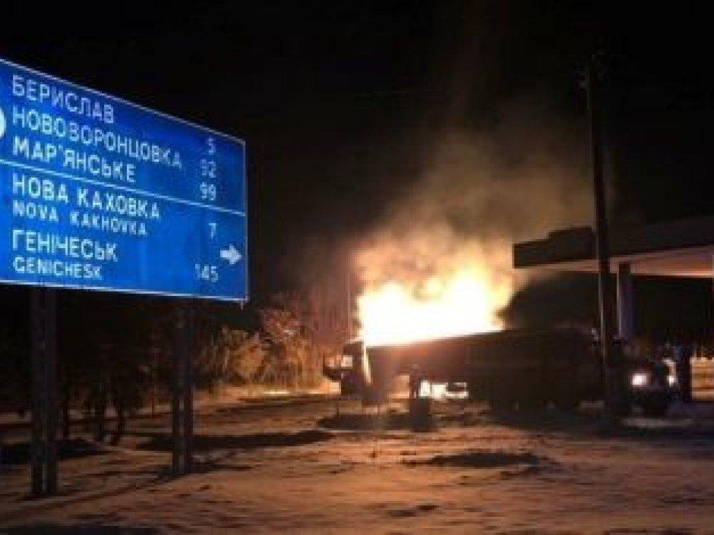 Из-за разбившейся легковушки в Херсонской области загорелась заправка (ФОТО)