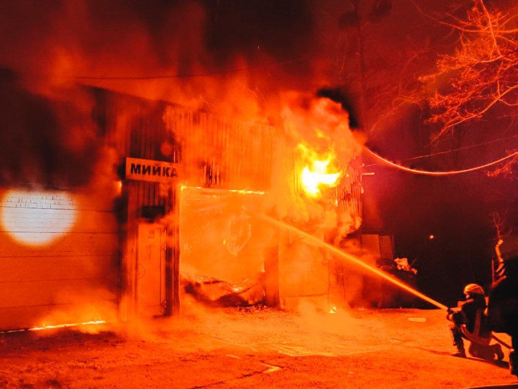 Сгорела автомойка в столице на Демеевке(ФОТО, ВИДЕО)