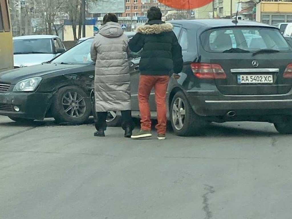 На Троещине в Киеве столкнулись два авто Kia и Mercedes (ФОТО)