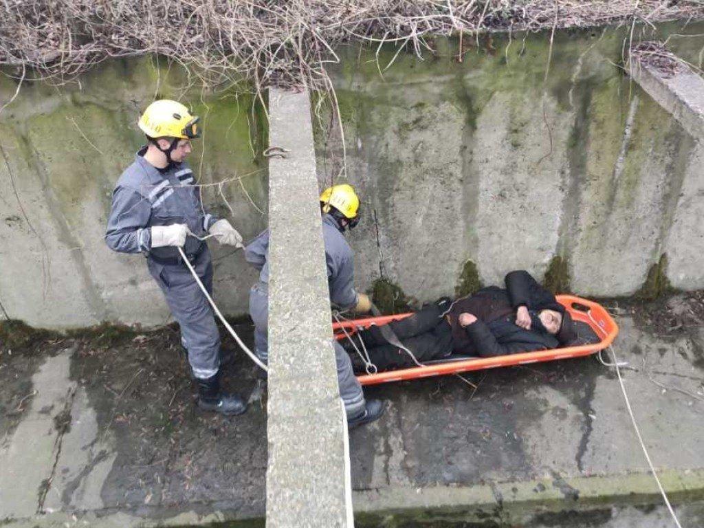В Киеве мужчина три дня пролежал у реки (ФОТО)