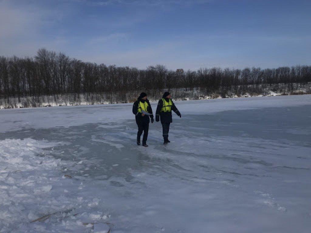 На Херсонщине мужчина с сыном провалились под лед: сына удалось спасти, отца все еще ищут