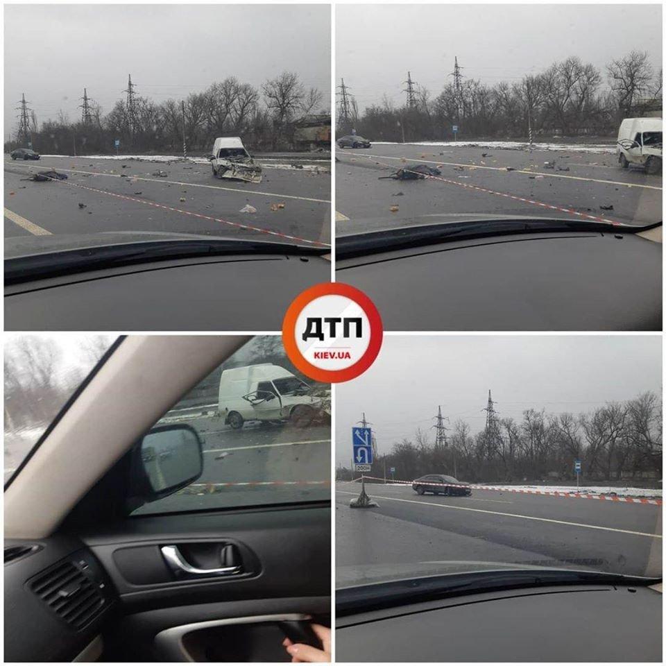 Под Киевом машины раскидало по трассе после ДТП (ФОТО)