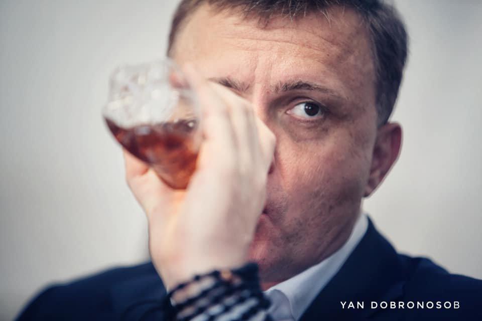 «Вискарик, коньяк»:  депутат во время заседания в Верховной Раде пил янтарную жидкость (ФОТО)