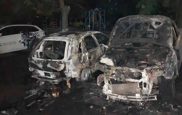В столице ночью во дворе жилого дома горели авто
