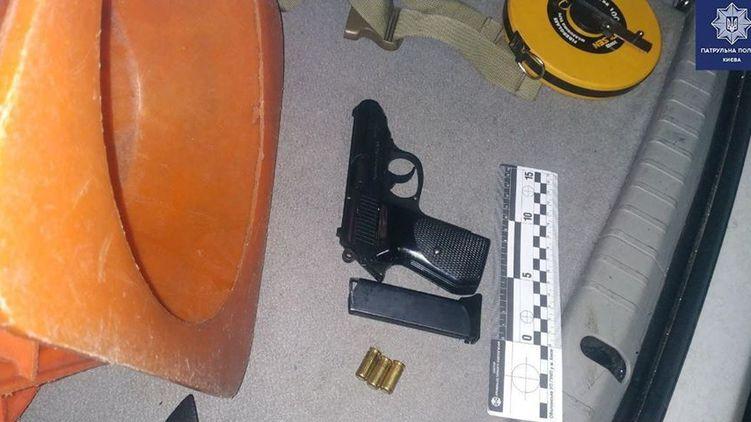 В Киеве пьяный угрожал пассажирам маршрутке пистолетом