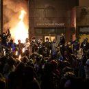 В Миннеаполисе протестующие подожгли полицейский участок