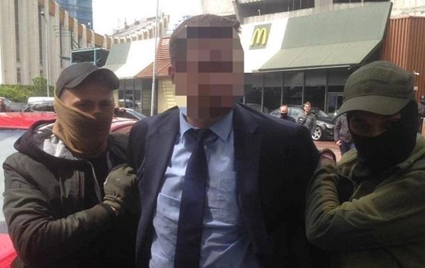 Чиновника МОН задержали на взятке в 300 тысяч гривен