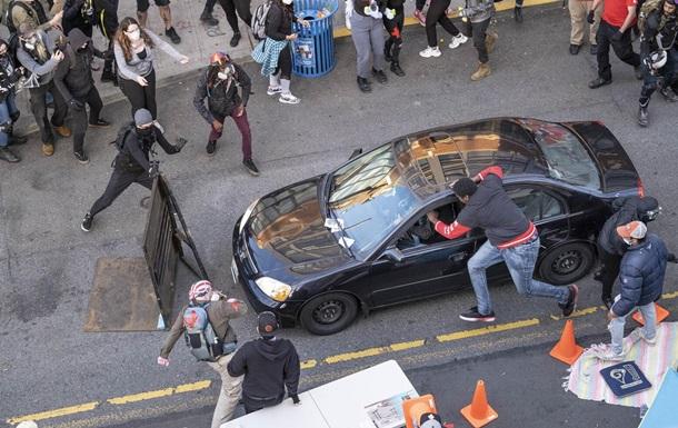 В США автомобиль въехал в толпу протестующих и водитель открыл стрельбу