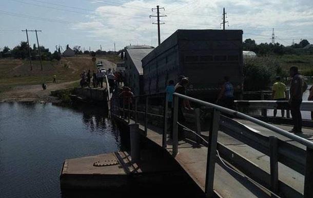 В Николаевской области под фурой обвалился мост