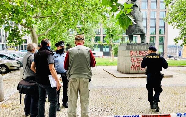 В центре Праги неизвестные обрисовали постамент памятника Черчиллю